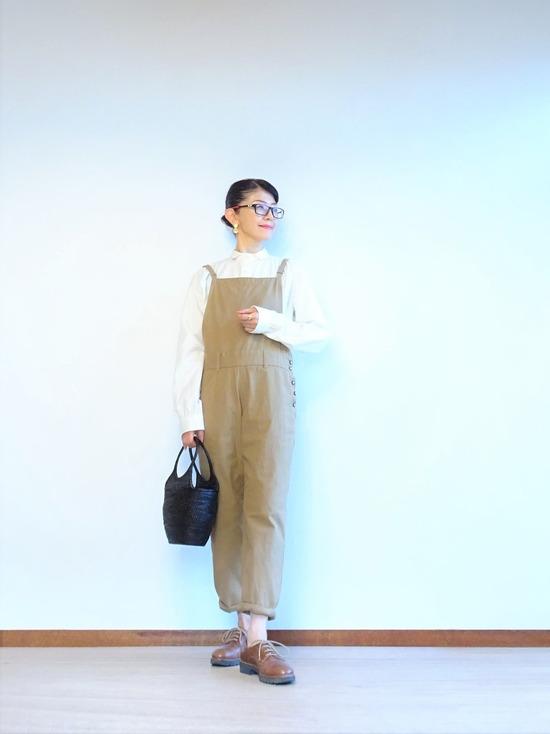 ミルク色のアンティークシャツ&カーキベージュのサロペット (1)