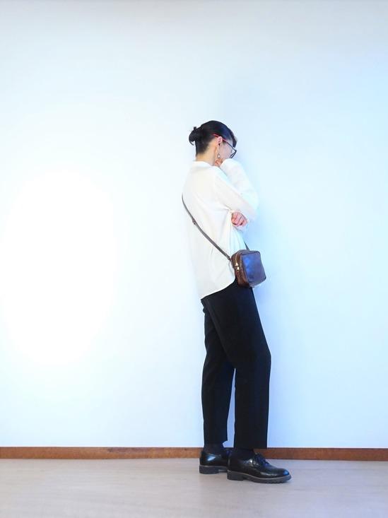 ミルク色のアンティークシャツと黒いテパードパンツ (1)
