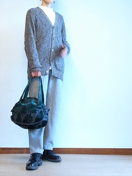丸襟白シャツ&グレーサロペット&霜降りカーデ (2)