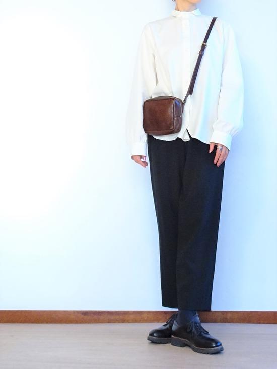 ミルク色のアンティークシャツと黒いテパードパンツ (3)