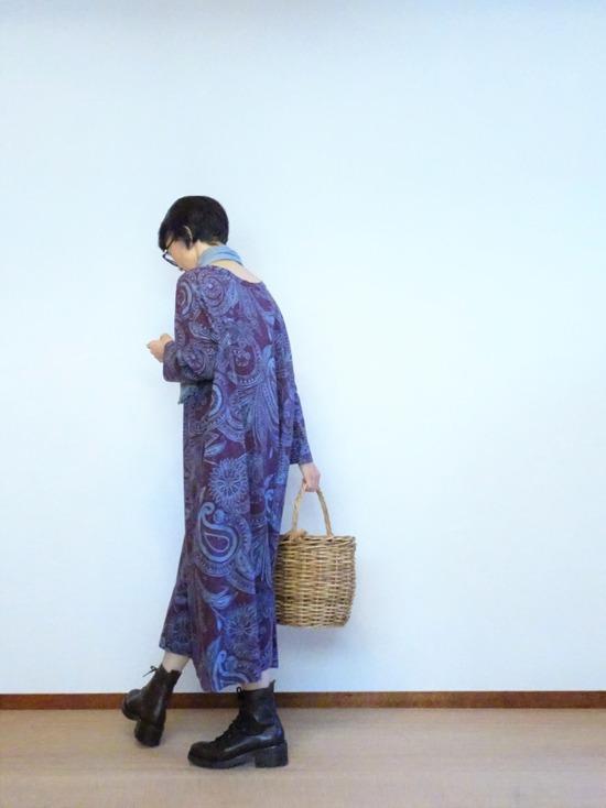 45R 更紗プリントのワンピース&こげ茶ブーツ (1)