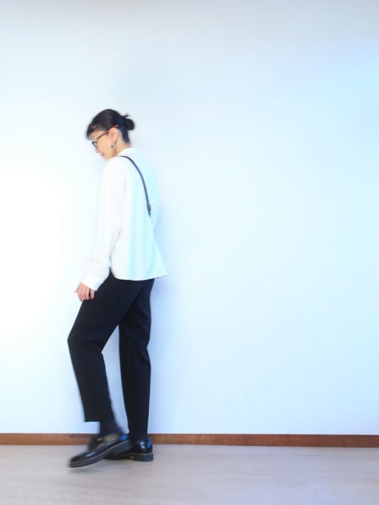 ミルク色のアンティークシャツと黒いテパードパンツ (2)