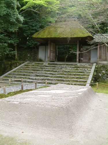 白砂壇と茅葺門