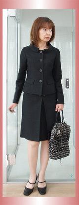 1キャサリンハーネル黒のスーツ