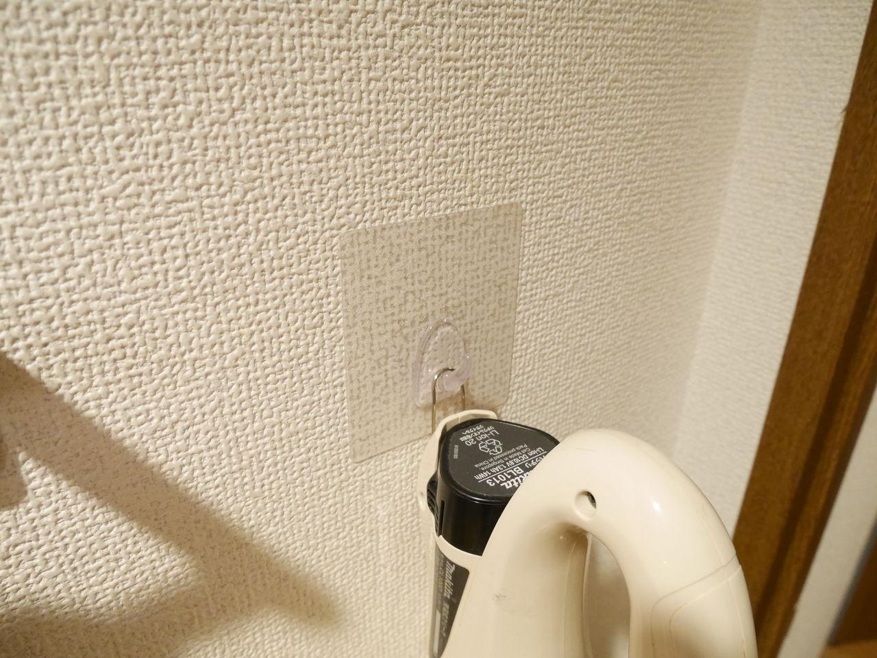 レビュー Liberta粘着透明フックなら 掃除機も掛けられるけどボコボコの壁紙は剥がれる のんたんマガジン