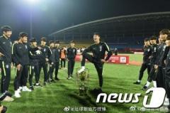 中国激怒! 大韓サッカー協会 優勝カップ「踏みつけ」U18チームを即召喚