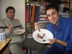親友のファビオとケーキを食べるイオアンニス