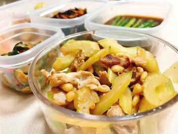 作り置き薬膳おかず「豚肉とセロリと松の実の塩レモン炒め」