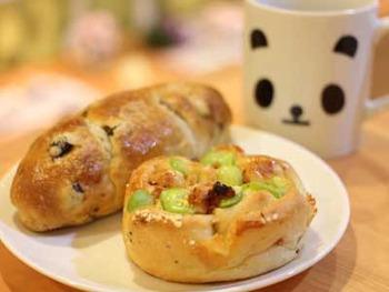 空豆パンとレーズンパン