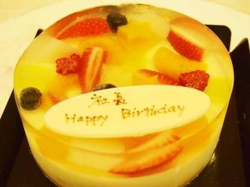 スタッフたちからお誕生日ケーキ