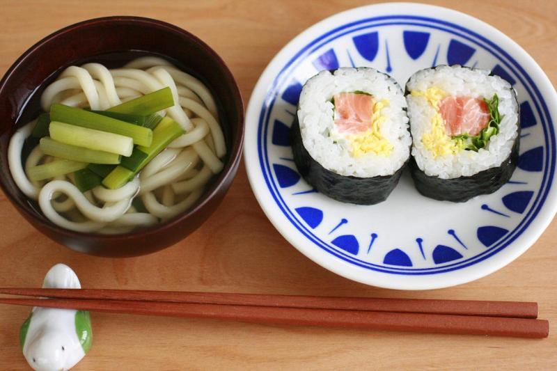 うどんと巻き寿司の朝食