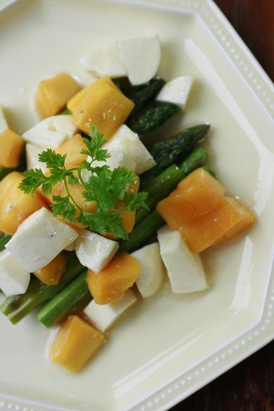 マンゴーとチーズのグリルアスパラサラダ