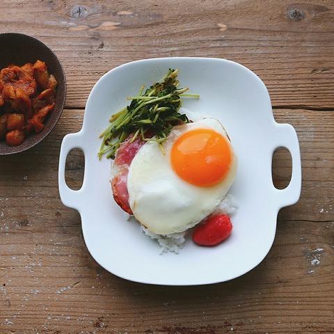 楽々朝ごはんにハムエッグ丼となすのピリ辛和え