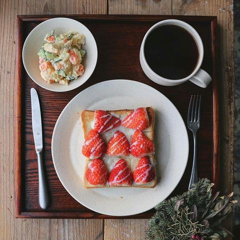 いちごとパンであまーい朝ごはん