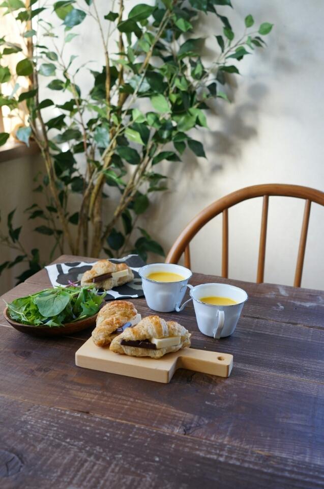紅茶クロワッサンのバターチョコサンドで朝ごはん