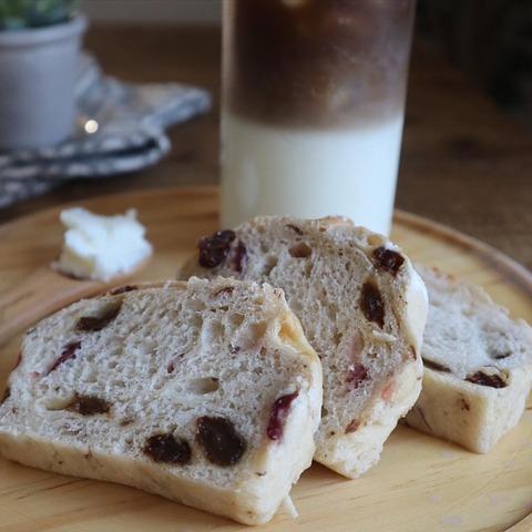 ドライフルーツ入りの焼き立てパンで朝食
