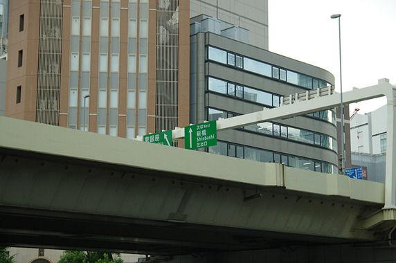 首都高から転落し男性死亡、バイク事故か
