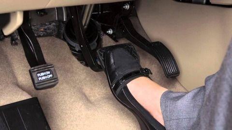 左足にパーキングブレーキがある車