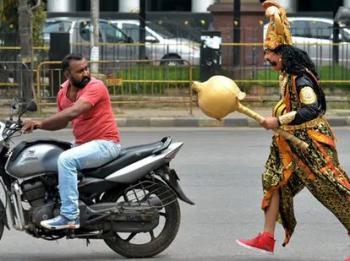 インドでノーヘルのバイク運転手に閻魔が嫌がらせする交通安全キャンペーン実施中 お前らが笑ったコピーをぺーinばいくちゃんねる板