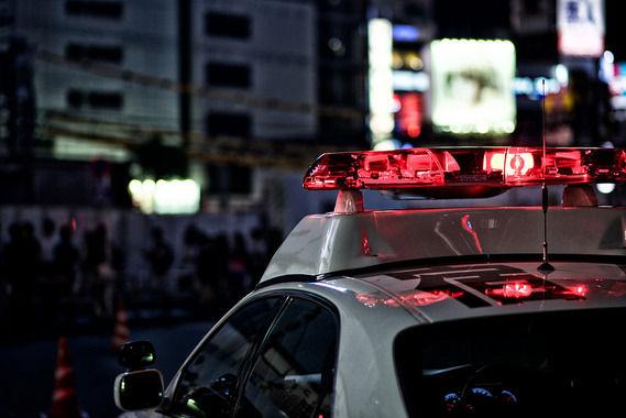警察官の原付きバイクに車が追突、警察官2人けが