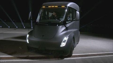 米テスラ 電気トラックを公開「ガソリン車を正面から駆逐する」