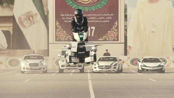 ドバイ警察、「空飛ぶオートバイ」での訓練を開始