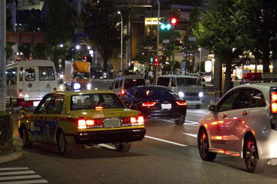赤信号で一度停車したのに何秒かしたら動いてまた止まる車って何なの?