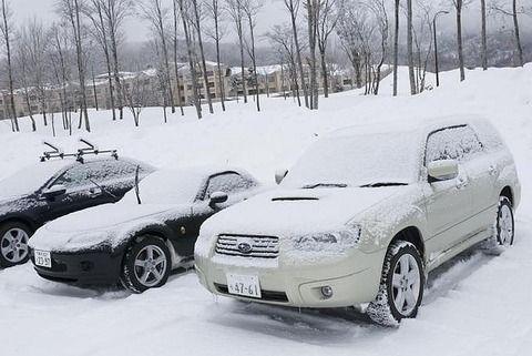 凍結した車のフロントガラスにお湯は危険 シートを被せたり、専用ケミカル解氷剤が正解