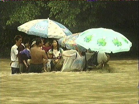 陰キャ「あ、雨降るから川で遊ぶのやめよっか…」陽キャ「大雨洪水警報出てるけど川でキャンプ!」