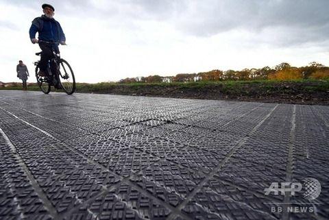 【画像】ドイツで自転車専用の太陽光発電道路が誕生!