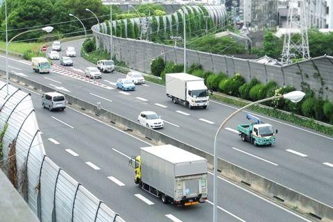 三大高速道路で気を付けたいいもの「反対車線から飛んでくるデミオ」