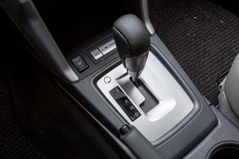 AT車で信号待ちのときギアをPとかNに入れる?