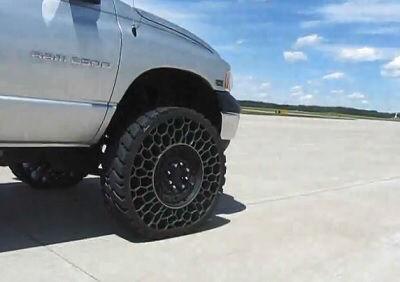 自動車のタイヤって何でパンクするのに空気や窒素を入れるの?