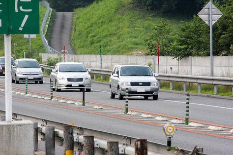 クルマを法定速度で走らせて、違法走行がフツーの日本人どもにルールを守ってもらうの楽しすぎwww