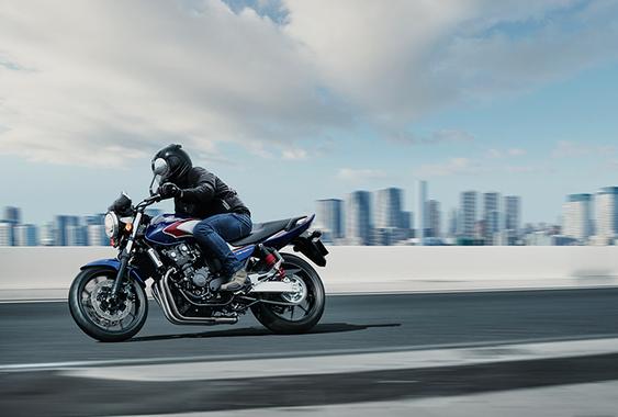 400ccのバイク乗ってるやつってなんで大型バイク買わないの?