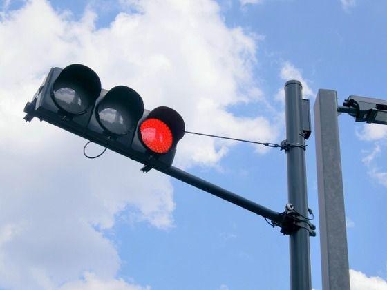 最近赤信号で停止線から手前に離れて止まる車多く見かけるんだが流行りなの??