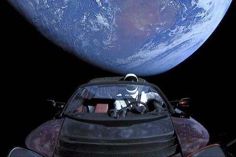 宇宙に打ち上げられたテスラの自動車、地球に衝突の可能性wwwww