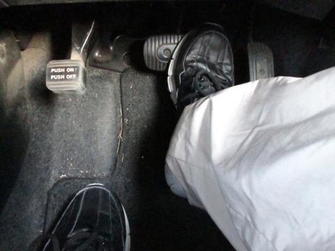 「右足アクセル/左足ブレーキ」でクルマ運転してるんだが、教習官に即時失格させられた件wwwww