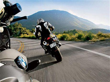 なんでバイク乗ってるやつって一般道で100キロ近く出すの?