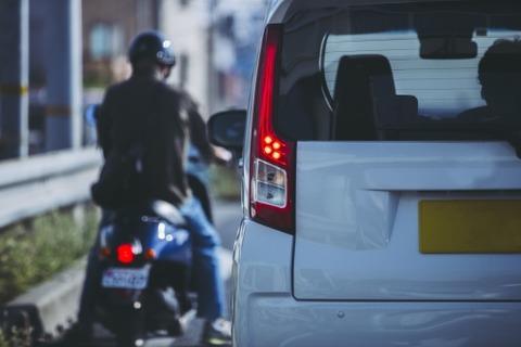 バイク「なんで車は左折前に左に寄るの?威嚇運転だろこれ。。。」