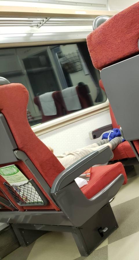 【画像】電車でこういう座り方するやつwwwwwwwwwwwwwww