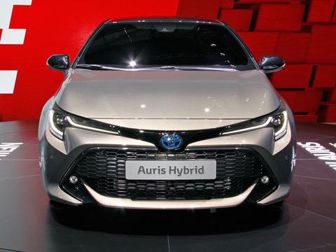 トヨタ、新型オーリス発表。フロントが攻撃的すぎるデザインにwwwww