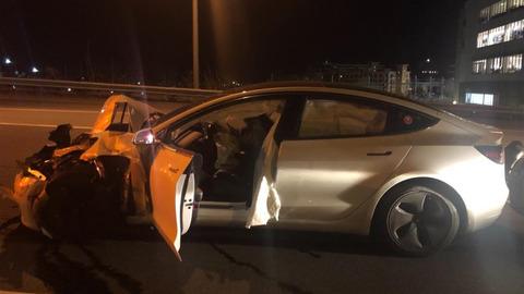679002-tesla-model-3-on-autopilot-crashes-into-parked-police-car