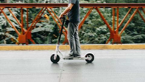 30日から電動スケーター(原付免許ヘルメット着用)が自転車専用帯走れるようになるらしいけど誰が使うんだwwwwwwwww