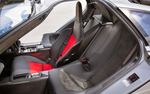 左ハンドル・右ハンドルってあるけど、何でクルマの幅を広くして前に3座席の真ん中ハンドルにしないの?
