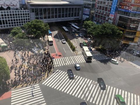 【衝撃】 渋谷 スクランブル交差点 バイクが転倒 バスにはねられる