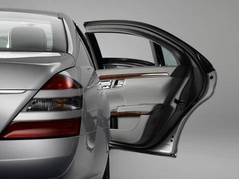 2007-Mercedes-Benz-S-600-Guard-Rear-Light-And-Door-1920x1440