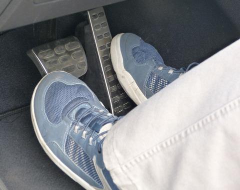 ワイ「右足でアクセル踏んで左足でブレーキ踏んでます」←どんなイメージ?