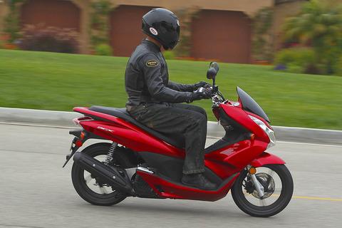 2011-Honda-PCX-action-right