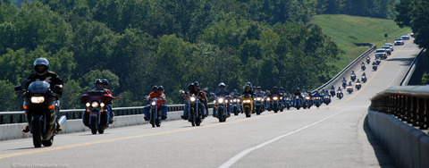 motorcycle-wave-riding-in-large-groups